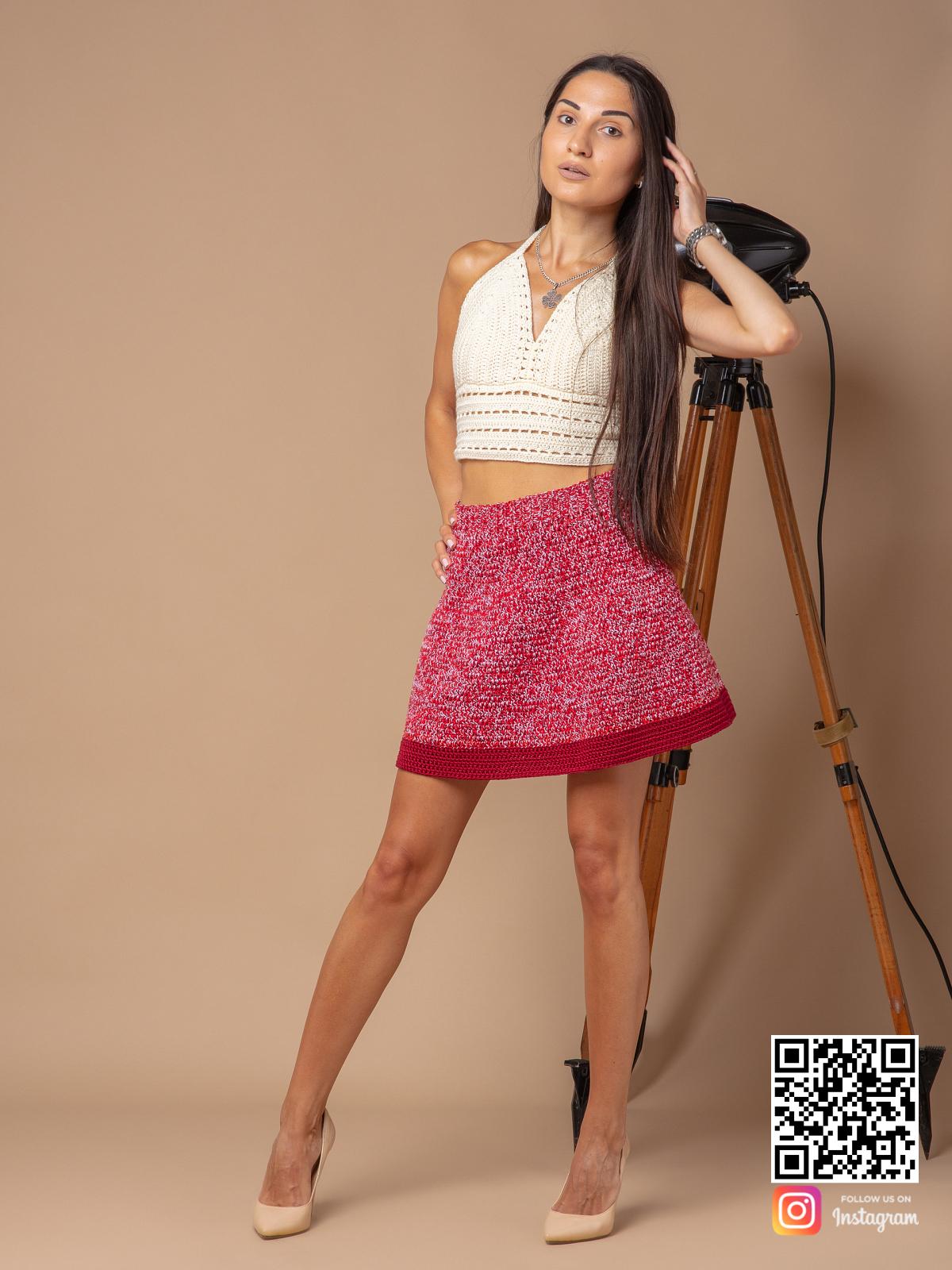 На четвертой фотографии стильная вязаная юбка крючком от Shapar, бренда женской одежды ручной работы в интернет-магазине связанных спицами вещей.