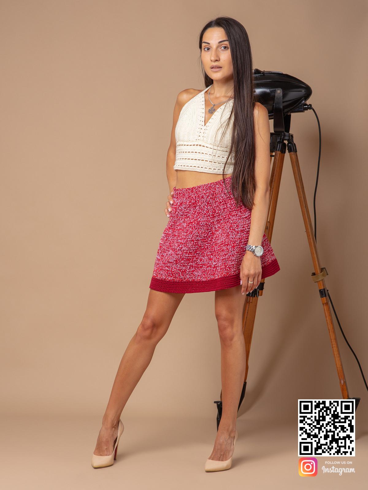 На третьей фотографии меланжевая вязаная юбка крючком от Shapar, бренда женской одежды ручной работы в интернет-магазине связанных спицами вещей.