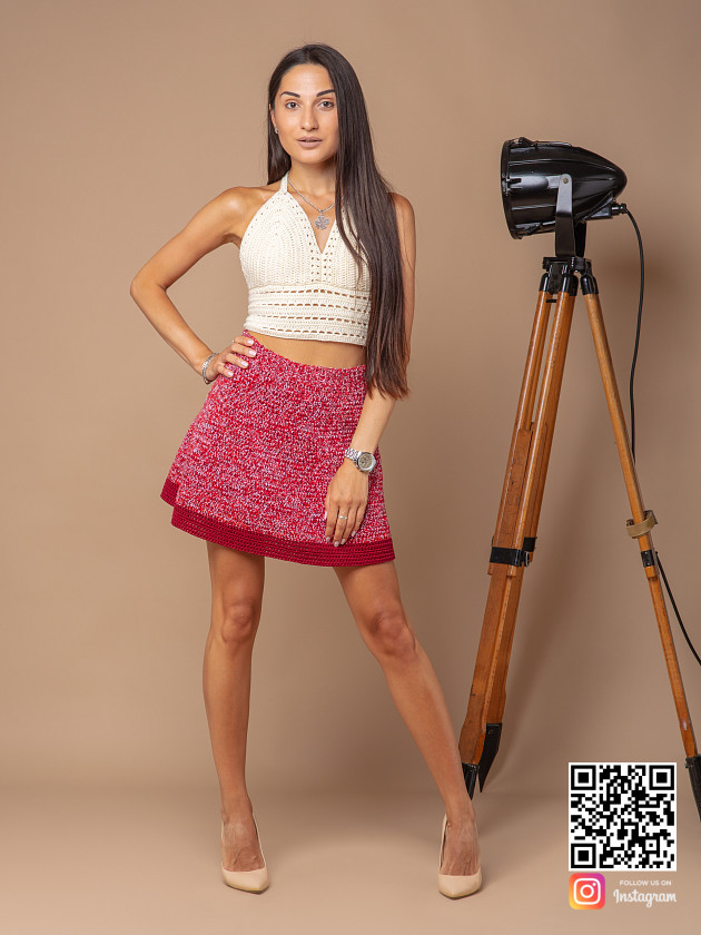 На фотографии вязаная юбка крючком от Shapar, бренда женской одежды ручной работы в интернет-магазине связанных спицами вещей.