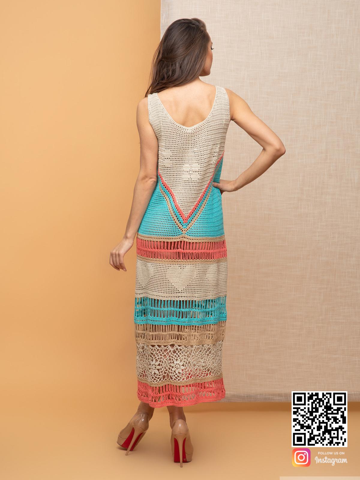 На второй фотографии вязаное платье крючком для женщин со спины от Shapar, бренда одежды ручной работы в интернет-магазине связанных спицами вещей.
