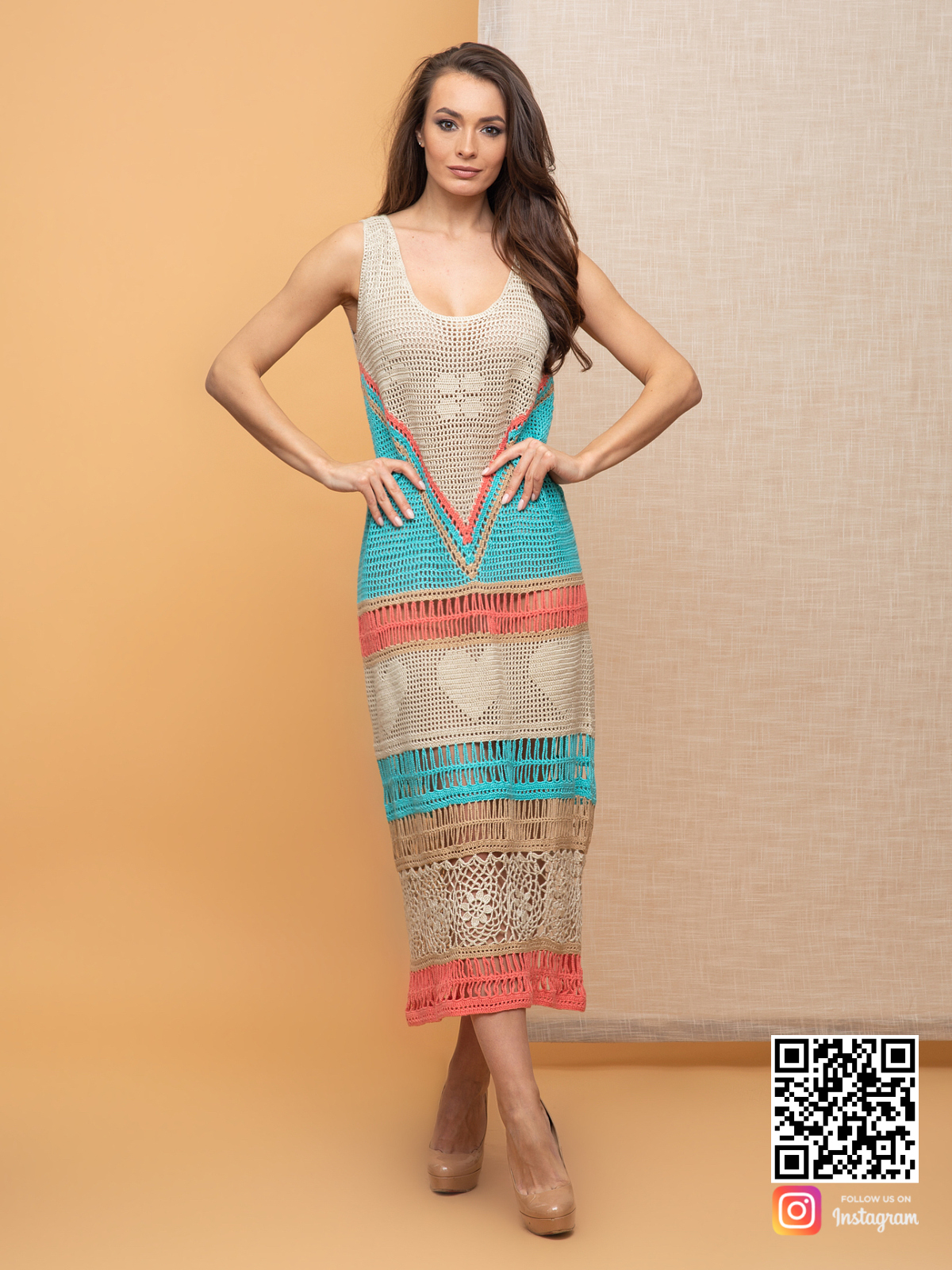На шестой фотографии длинное цветное вязаное платье крючком для женщин от Shapar, бренда одежды ручной работы в интернет-магазине связанных спицами вещей.