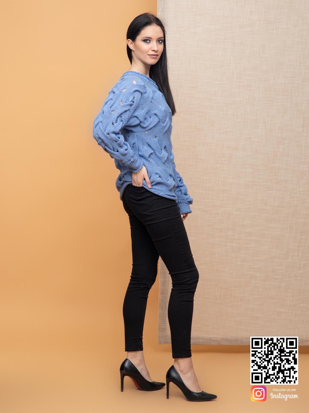 На пятой фотографии ажурный летний вязаный джемпер спицами для женщин от Shapar, бренда одежды ручной работы в интернет-магазине связанных спицами вещей.