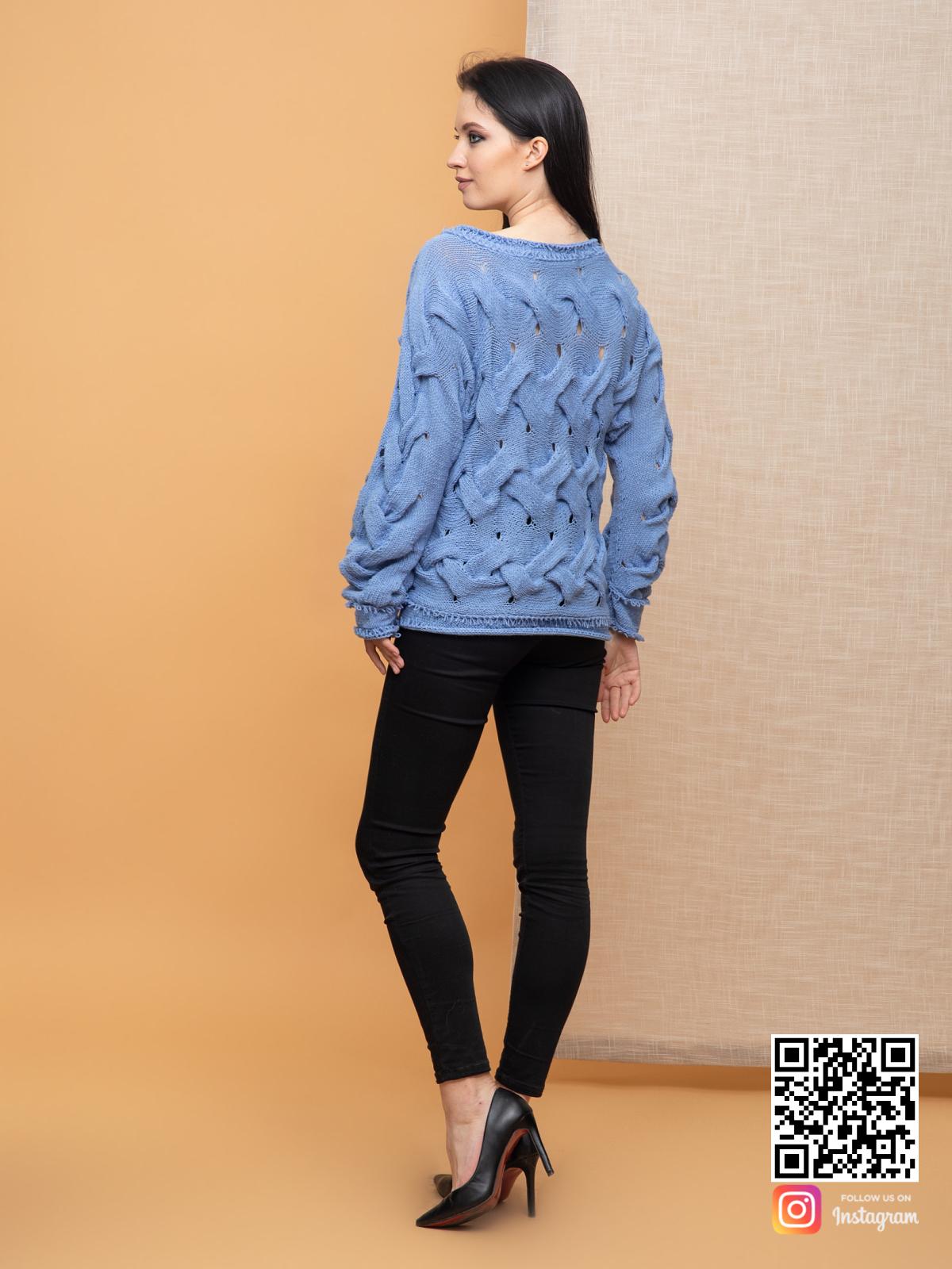 На второй фотографии вязаный джемпер спицами для женщин со спины от Shapar, бренда одежды ручной работы в интернет-магазине связанных спицами вещей.