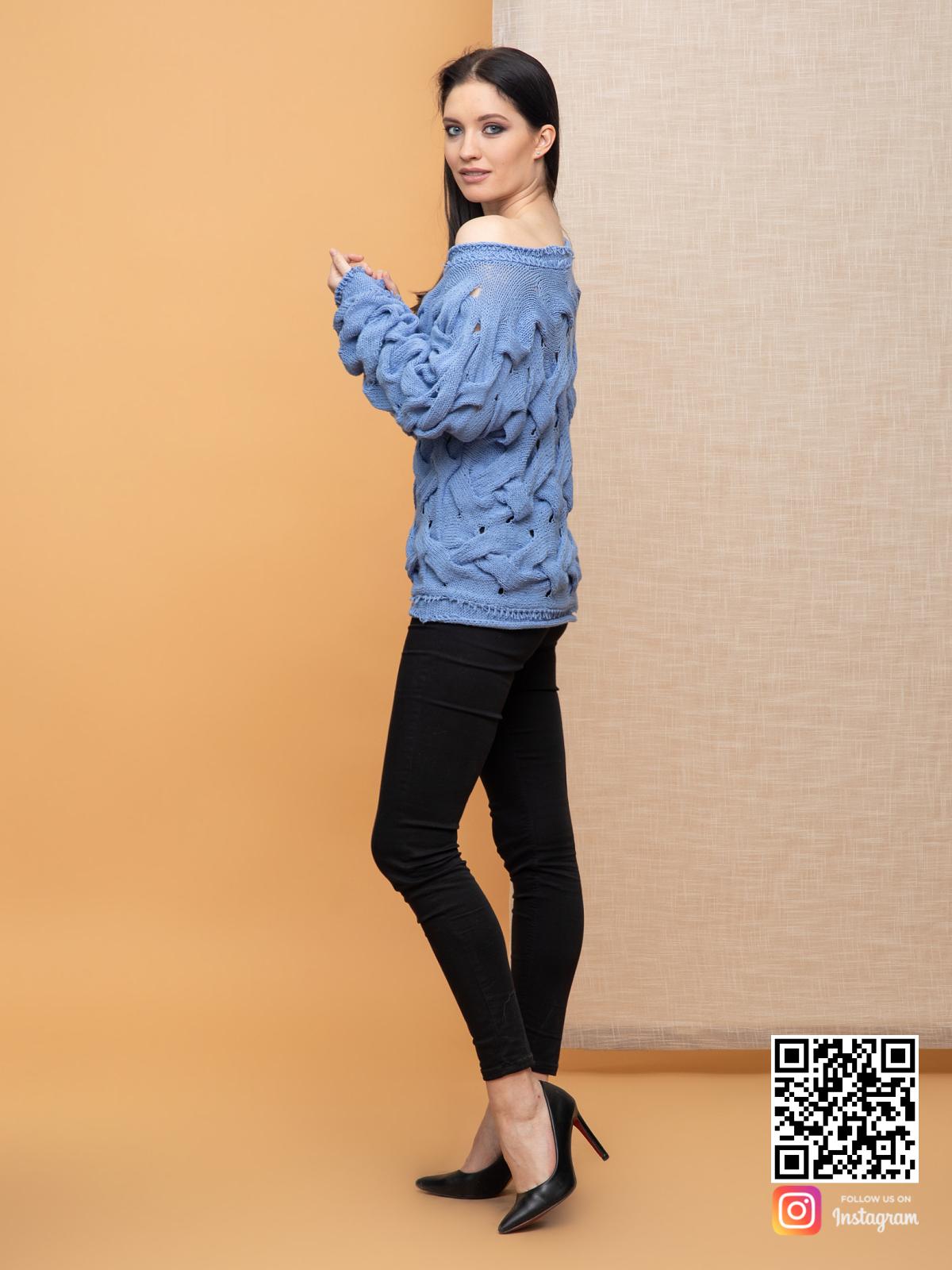 На третьей фотографии голубой вязаный джемпер спицами для женщин от Shapar, бренда одежды ручной работы в интернет-магазине связанных спицами вещей.