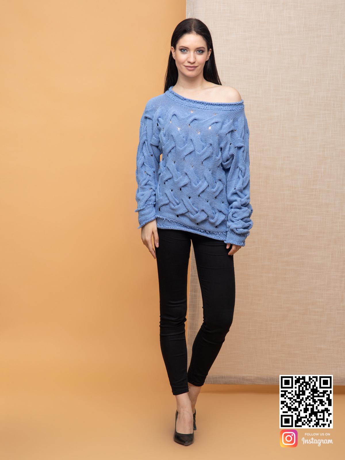 На фотографии вязаный джемпер спицами для женщин от Shapar, бренда одежды ручной работы в интернет-магазине связанных спицами вещей.