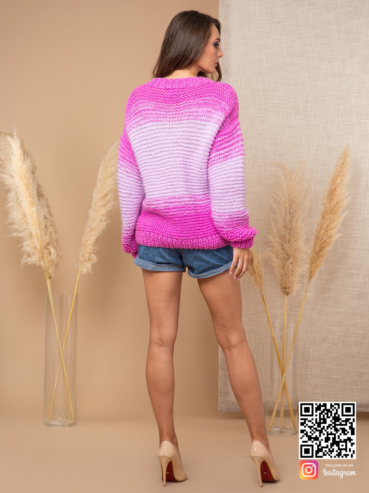 На второй фотографии женский вязаный розовый свитер со спины от Shapar, бренда одежды ручной работы в интернет-магазине связанных спицами вещей.