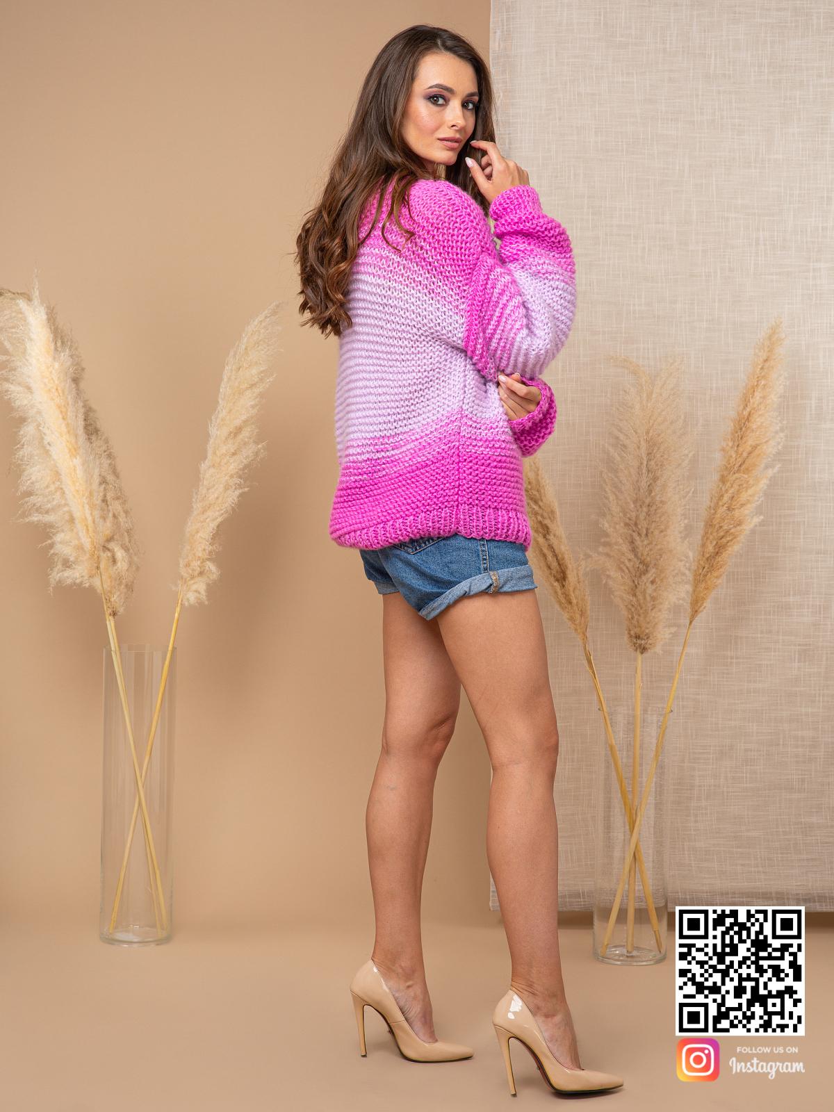 На пятой фотографии модный вязаный розовый свитер для женщин от Shapar, бренда одежды ручной работы в интернет-магазине связанных спицами вещей.