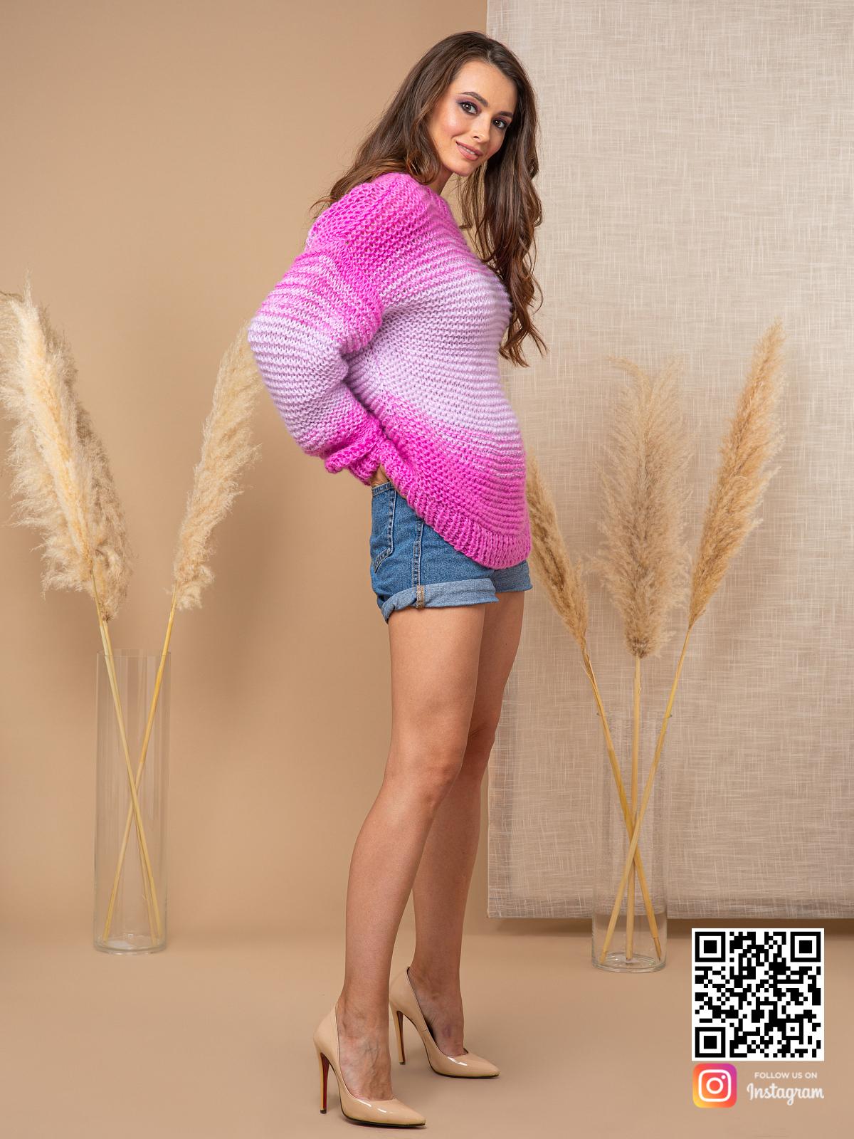 На третьей фотографии женский вязаный розовый свитер с градиентом увета от Shapar, бренда одежды ручной работы в интернет-магазине связанных спицами вещей.