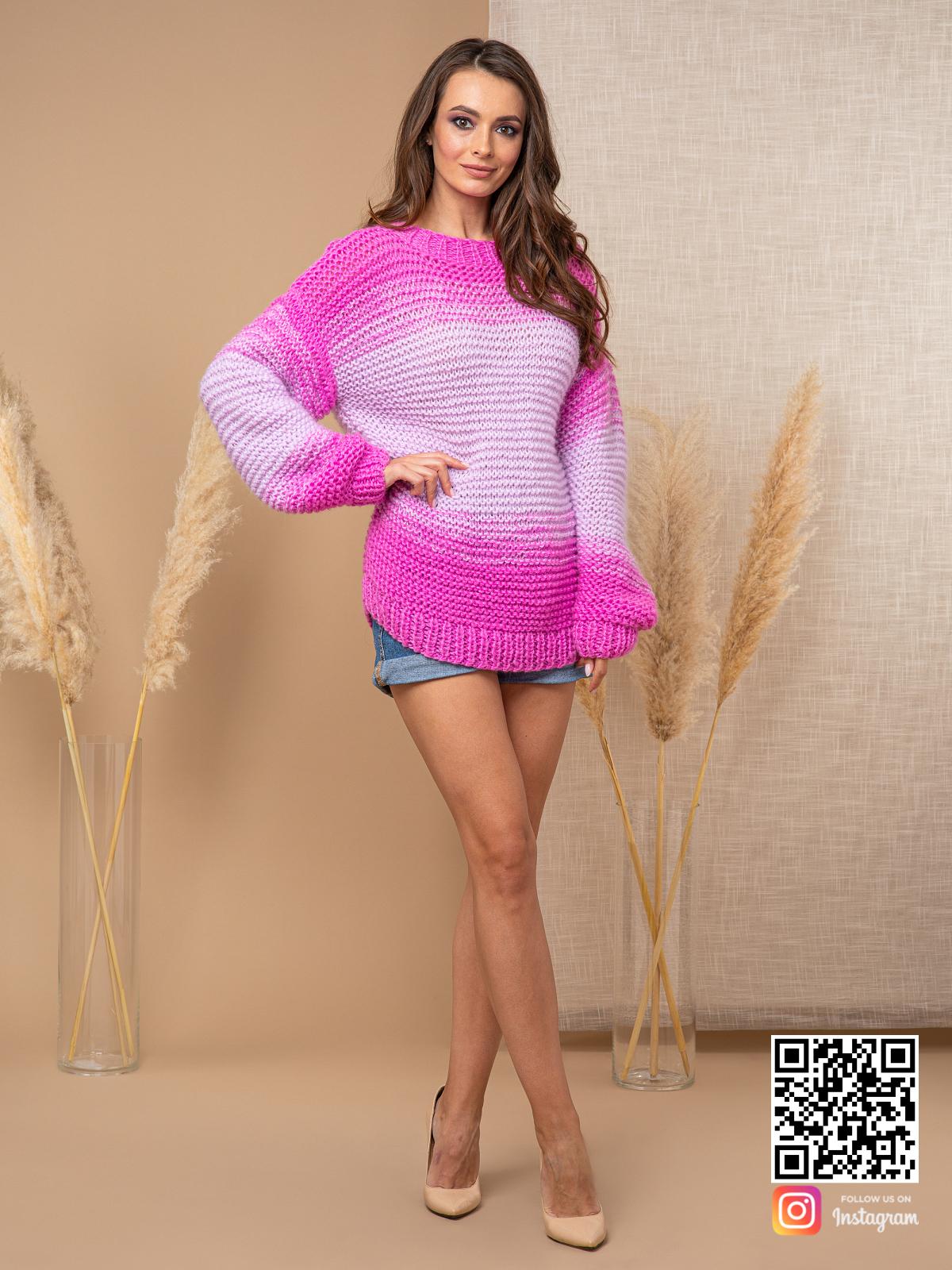 На шестой фотографии женский длинный вязаный розовый свитер от Shapar, бренда одежды ручной работы в интернет-магазине связанных спицами вещей.