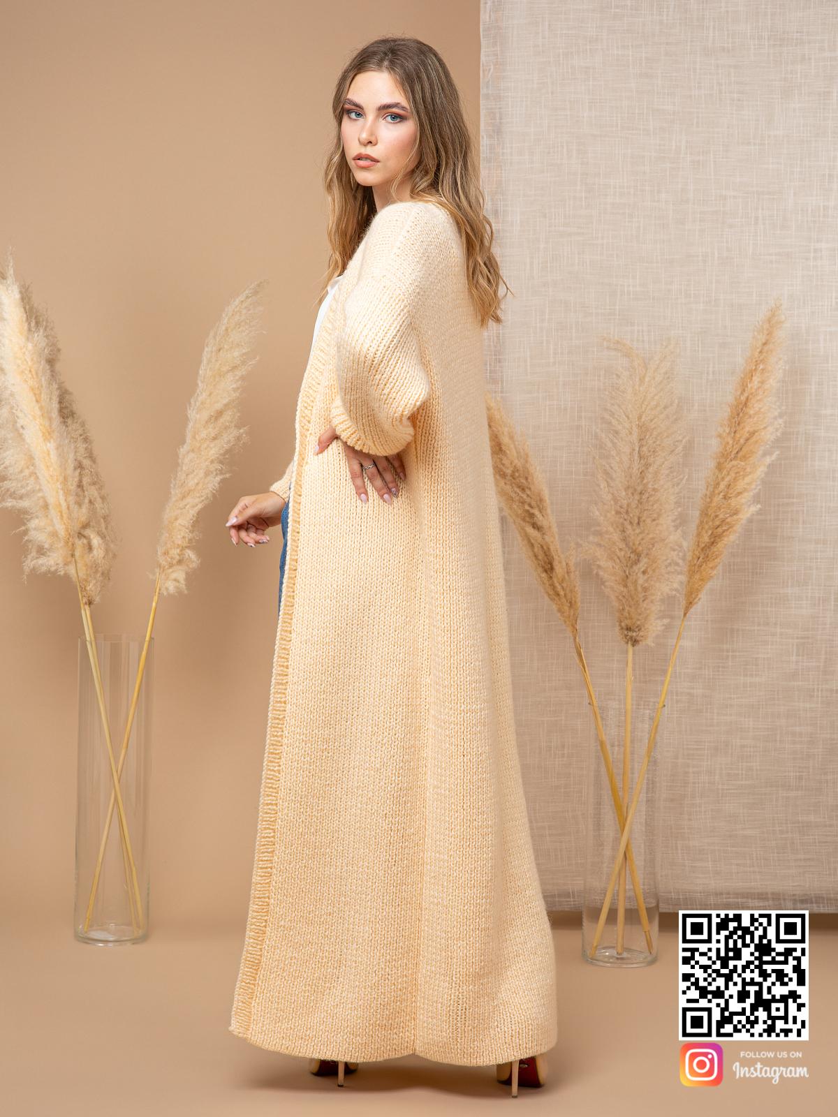 На пятой фотографии женский желтый кардиган для модниц от Shapar, бренда вязаной одежды ручной работы в интернет-магазине связанных спицами вещей.