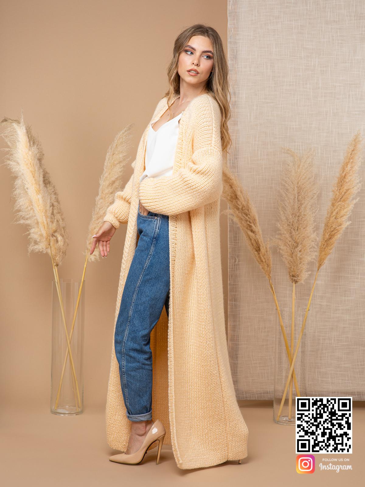 На третьей фотографии длинный желтый кардиган от Shapar, бренда вязаной одежды ручной работы в интернет-магазине связанных спицами вещей.