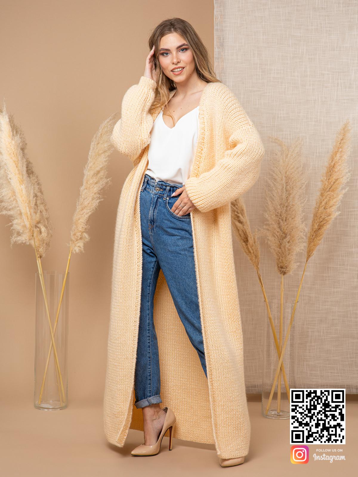 На фотографии женский желтый кардиган от Shapar, бренда вязаной одежды ручной работы в интернет-магазине связанных спицами вещей.