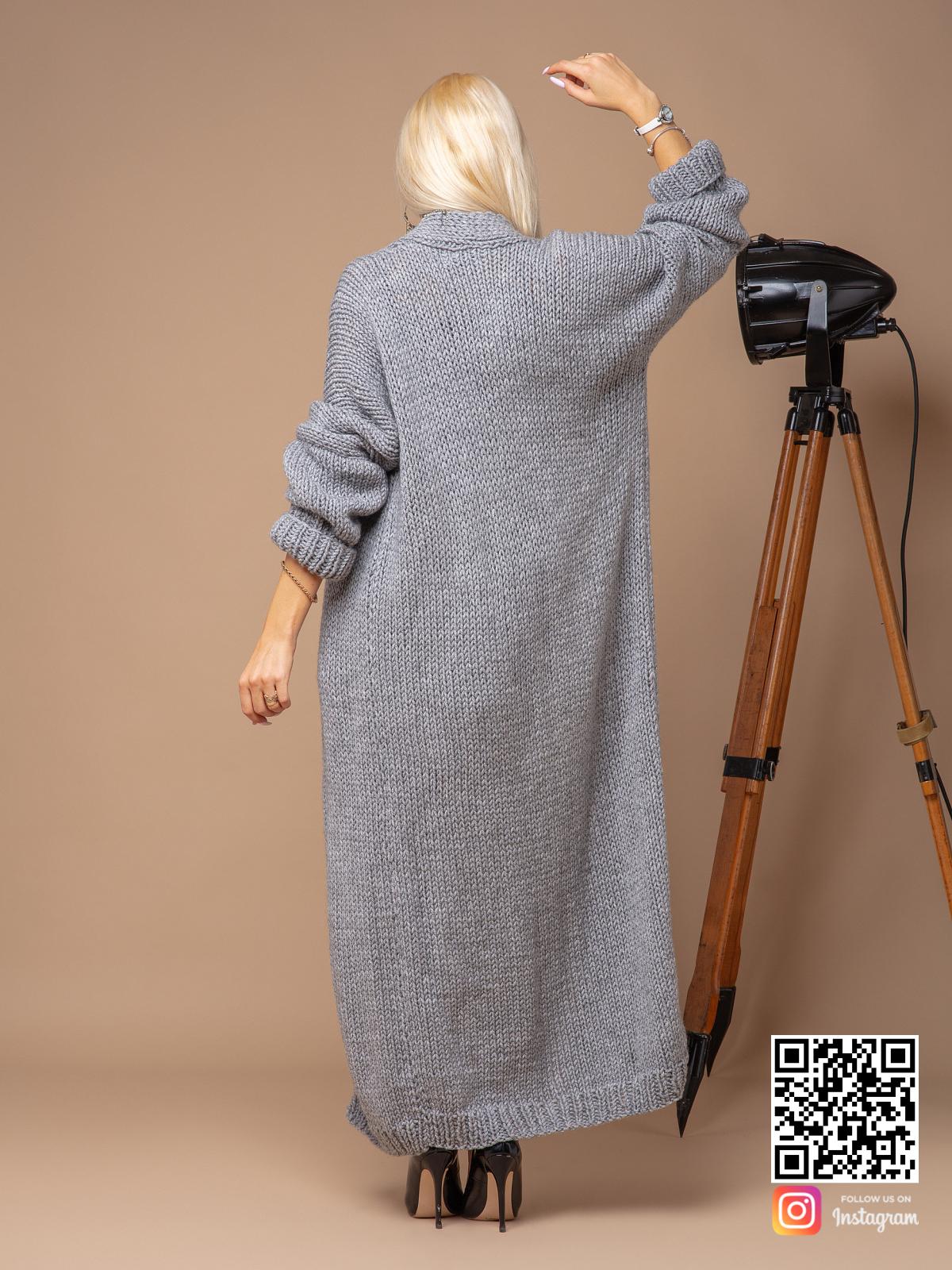 На второй фотографии женский кардиган связанный спицами со спины от Shapar, бренда вязаных вещей ручной работы в интернет-магазине одежды.