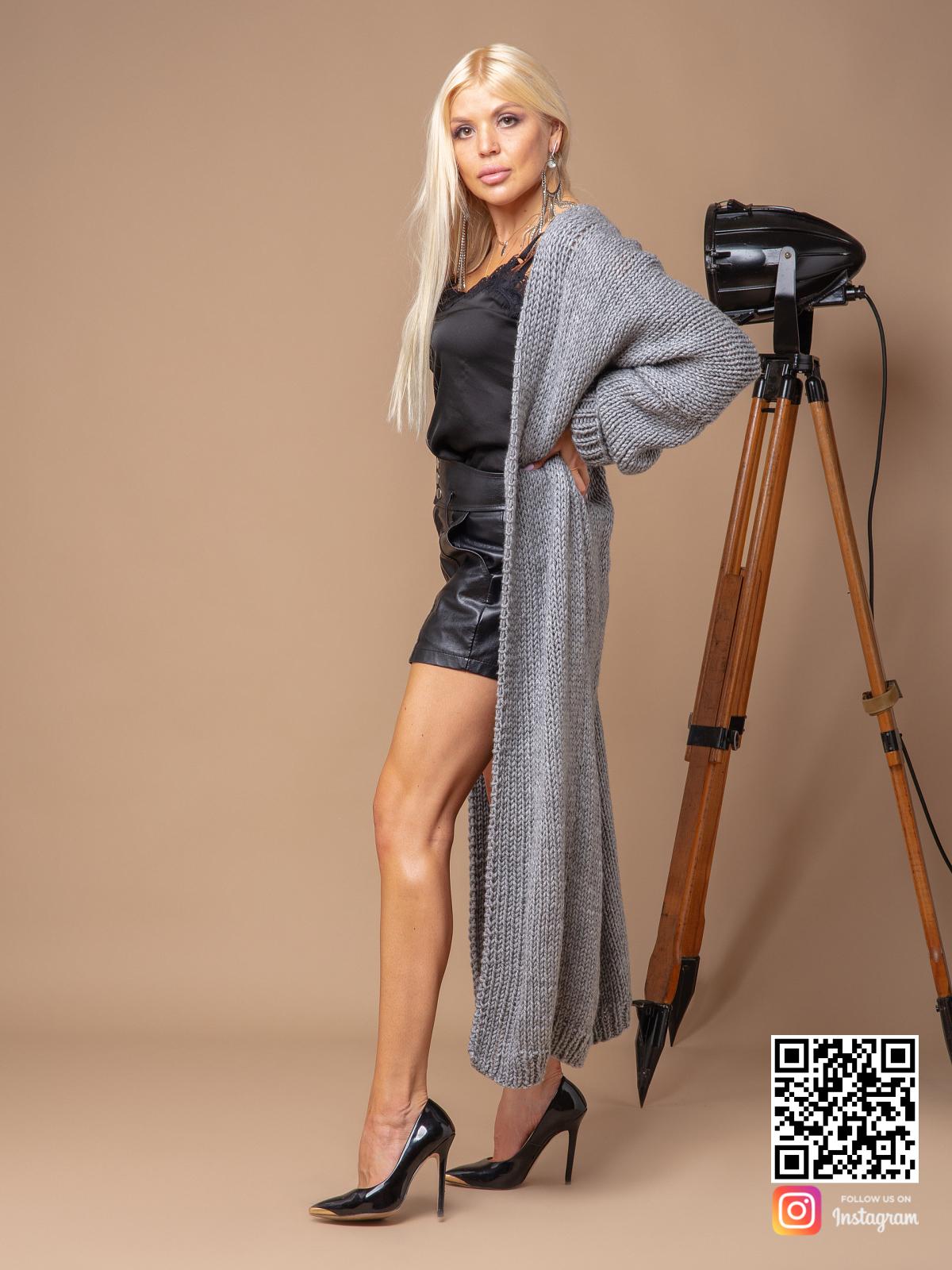 На третьей фотографии женский кардиган связанный спицами серого цвета от Shapar, бренда вязаных вещей ручной работы в интернет-магазине одежды.