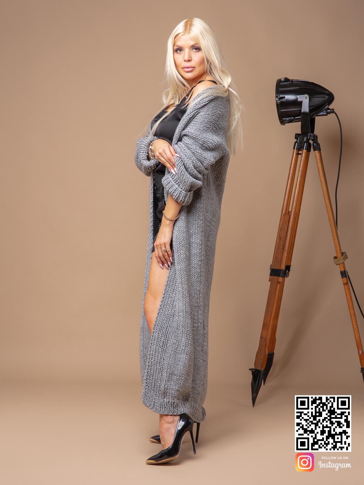 На шестой фотографии длинный женский кардиган связанный спицами от Shapar, бренда вязаных вещей ручной работы в интернет-магазине одежды.