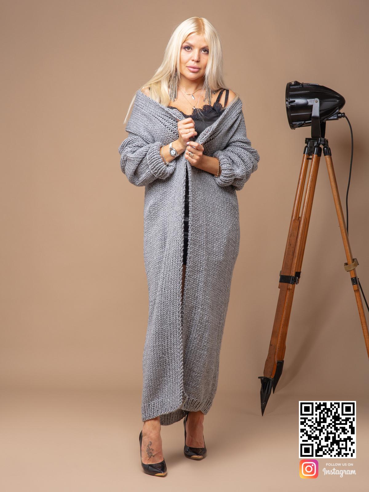 На четвертой фотографии классический женский кардиган связанный спицами от Shapar, бренда вязаных вещей ручной работы в интернет-магазине одежды.