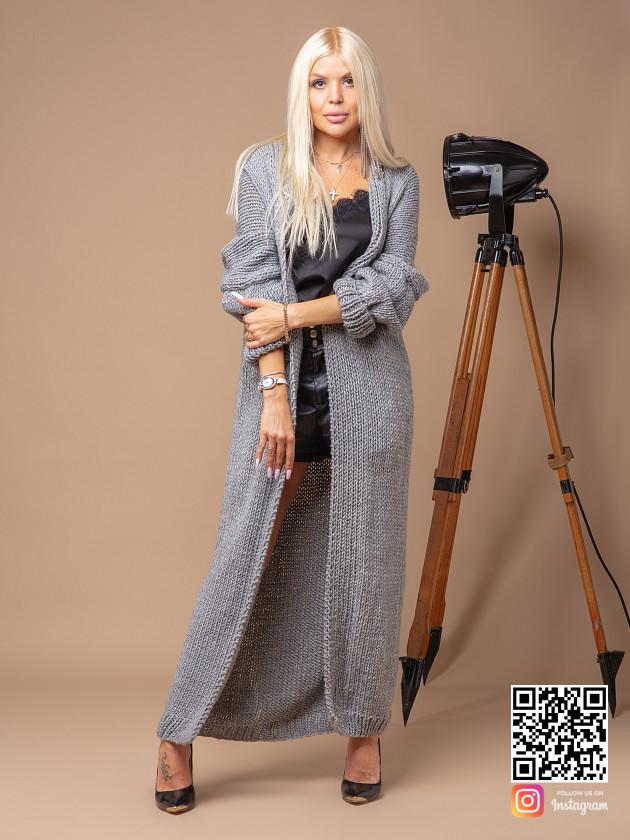 На фотографии женский кардиган связанный спицами от Shapar, бренда вязаных вещей ручной работы в интернет-магазине одежды.