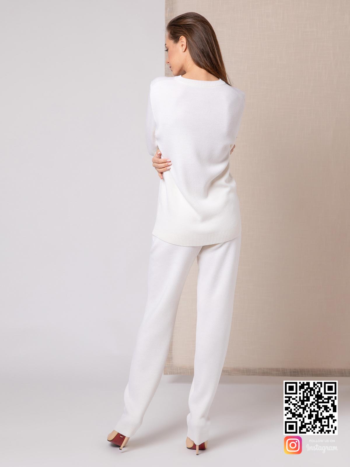 На седьмой фотографии модный костюм женский белого цвета от Shapar, бренда вязаной одежды ручной работы в интернет-магазине связанных спицами вещей.