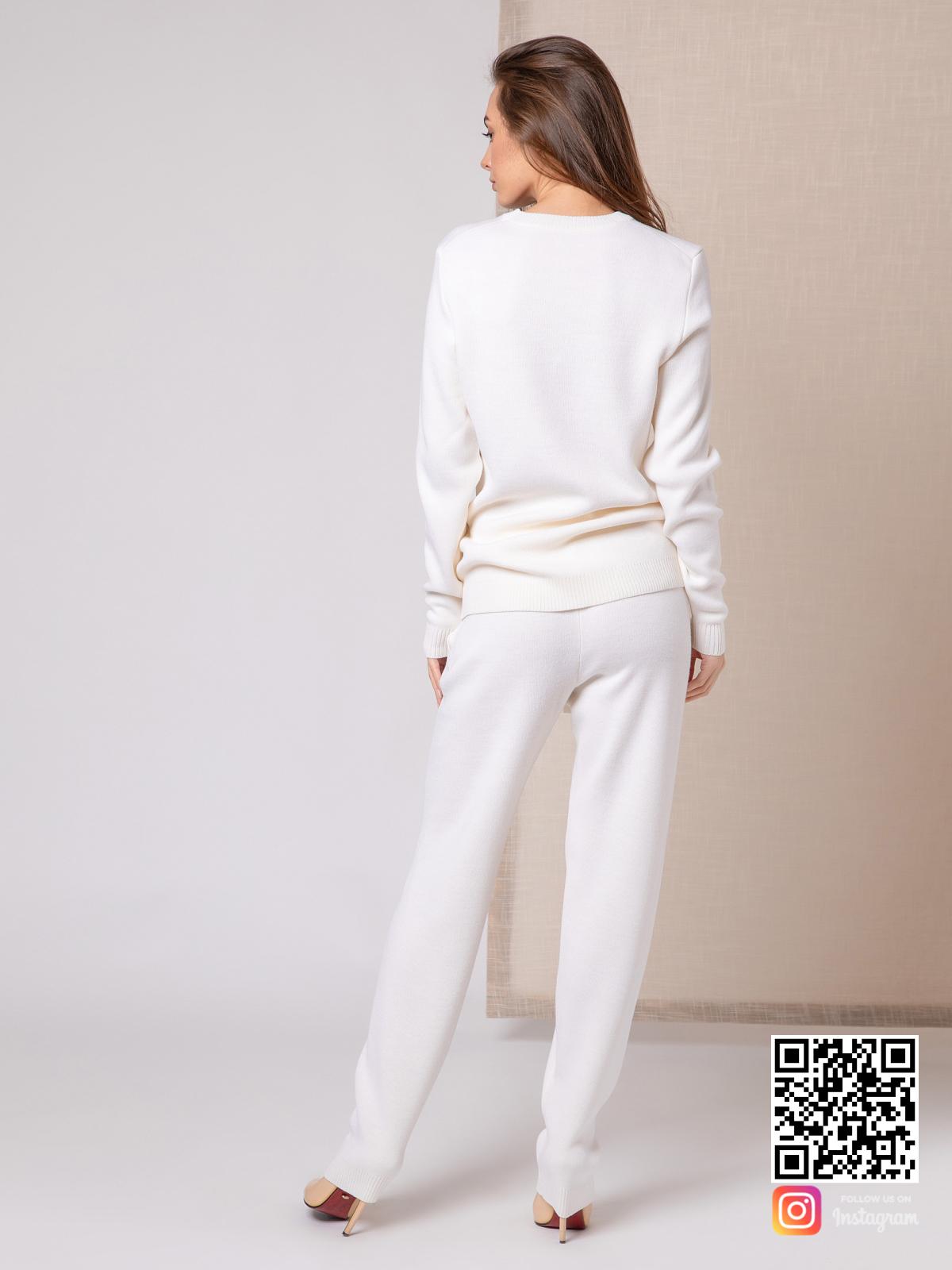 На пятой фотографии спортивный белый костюм женский от Shapar, бренда вязаной одежды ручной работы в интернет-магазине связанных спицами вещей.