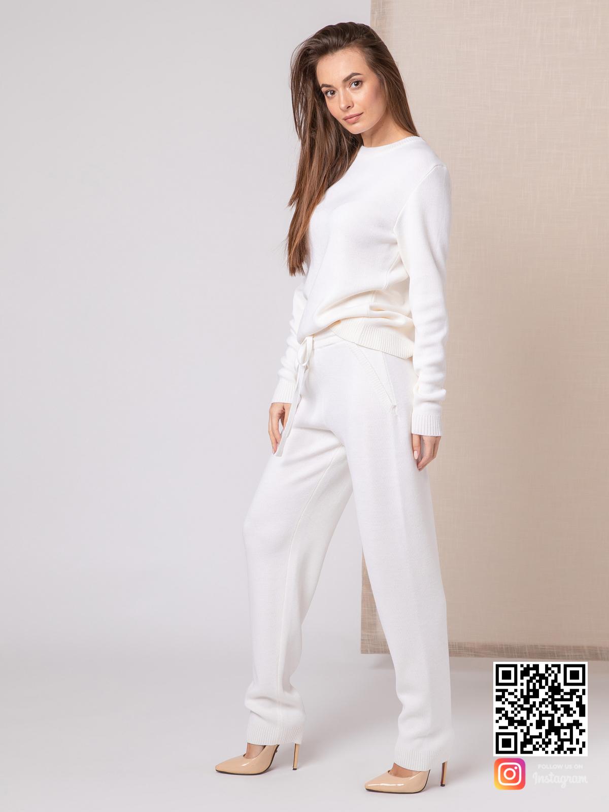 На шестой фотографии белый костюм женский на каждый день от Shapar, бренда вязаной одежды ручной работы в интернет-магазине связанных спицами вещей.