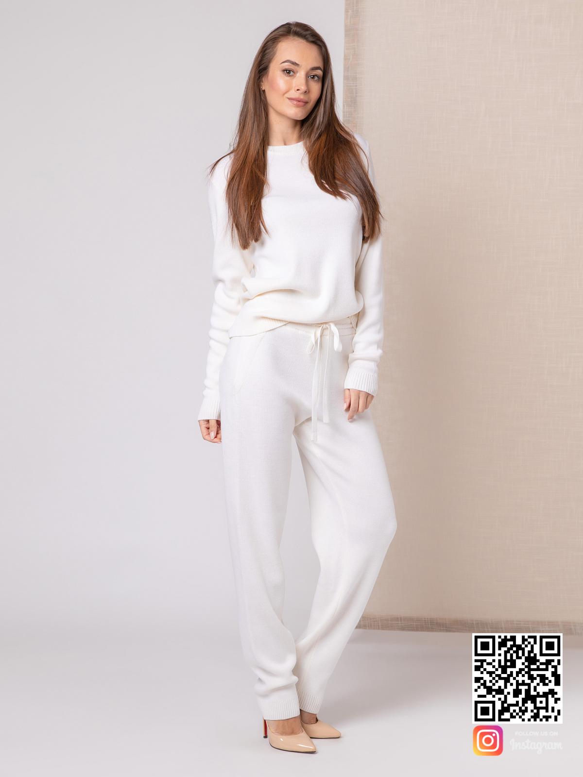 На четвертой фотографии повседневный белый костюм женский от Shapar, бренда вязаной одежды ручной работы в интернет-магазине связанных спицами вещей.