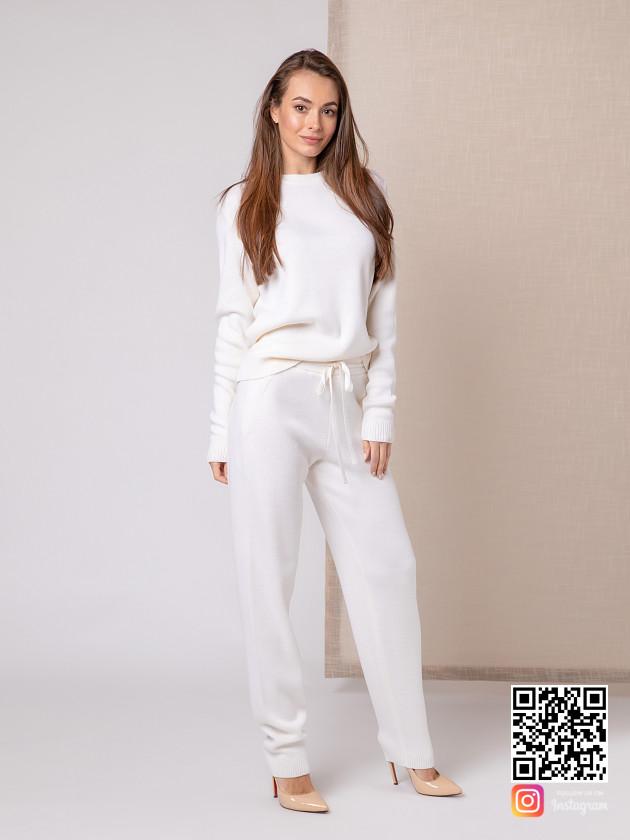 На фотографии белый костюм женский от Shapar, бренда вязаной одежды ручной работы в интернет-магазине связанных спицами вещей.