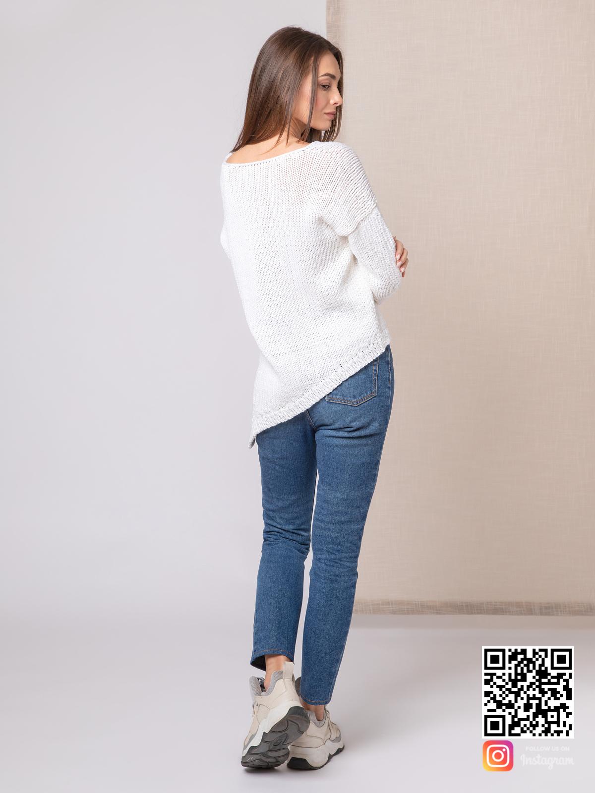 На второй фотографии белый пуловер для женщин со спины от Shapar, бренда вязаной одежды ручной работы в интернет-магазине связанных спицами вещей.