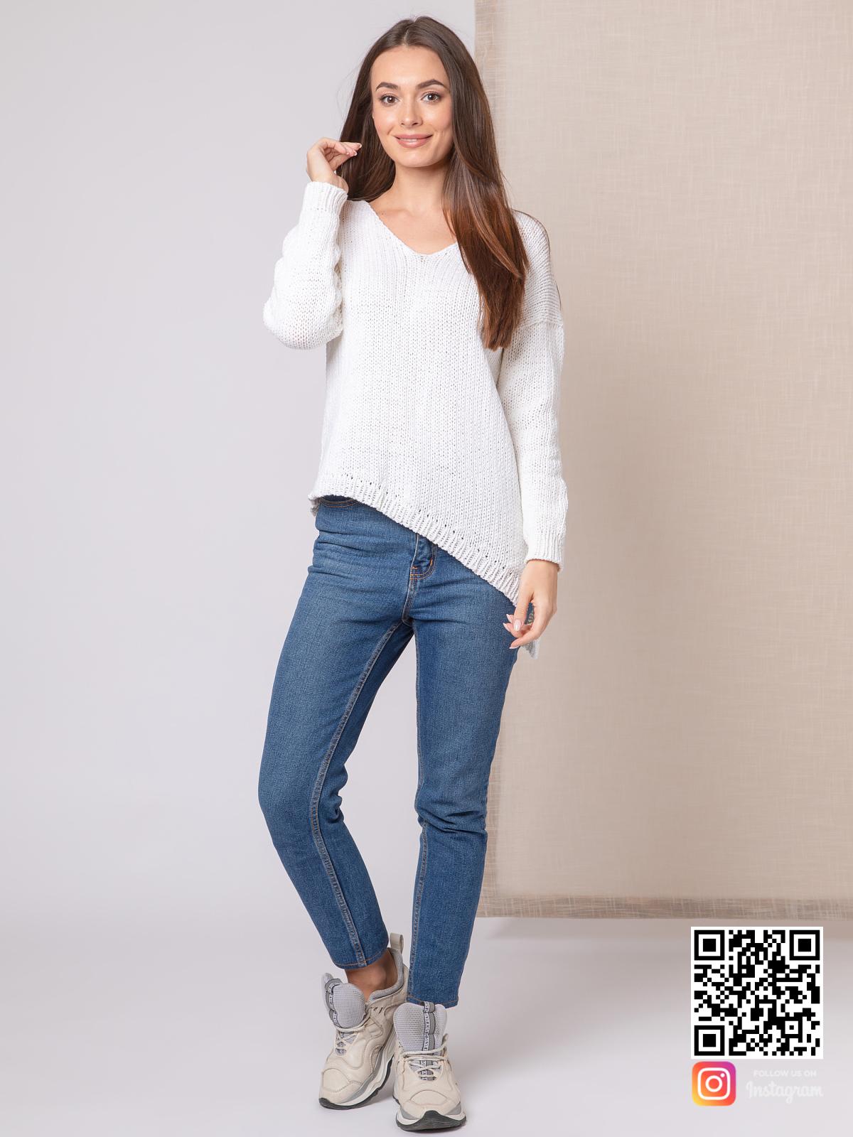 На четвертой фотографии летний белый пуловер для женщин с асимметричным низом от Shapar, бренда вязаной одежды ручной работы в интернет-магазине связанных спицами вещей.