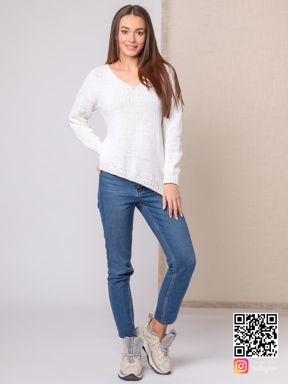 На фотографии белый пуловер для женщин от Shapar, бренда вязаной одежды ручной работы в интернет-магазине связанных спицами вещей.