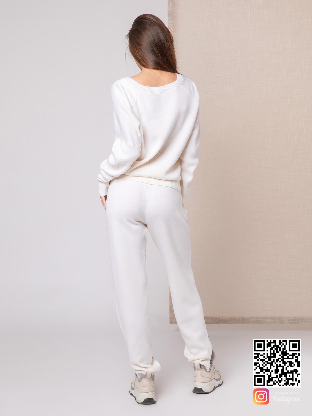 На второй фотографии белый спортивный костюм женский со спины от Shapar, бренда вязаной одежды ручной работы в интернет-магазине связанных спицами вещей.