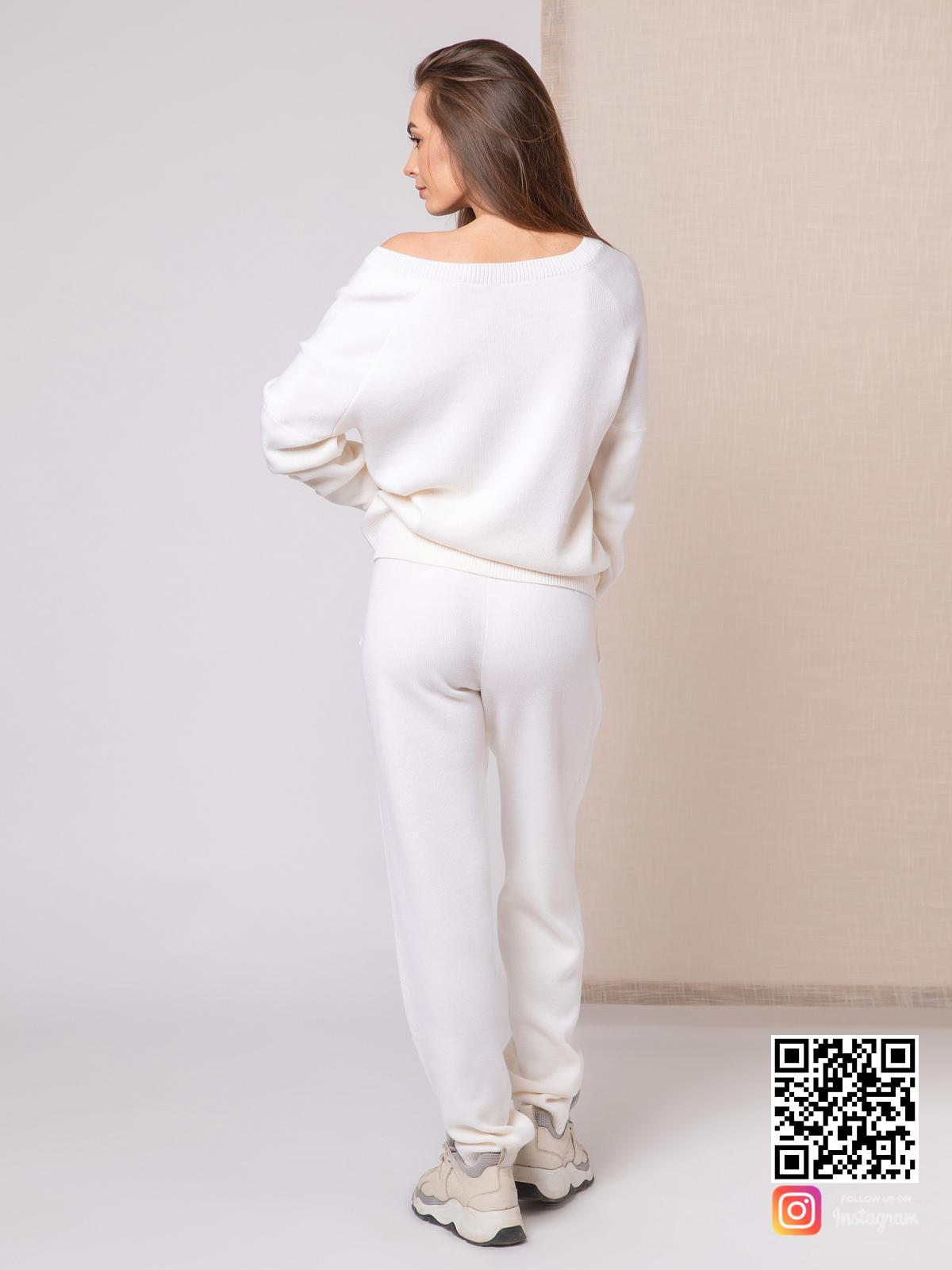 На пятой фотографии модный белый спортивный костюм женский от Shapar, бренда вязаной одежды ручной работы в интернет-магазине связанных спицами вещей.
