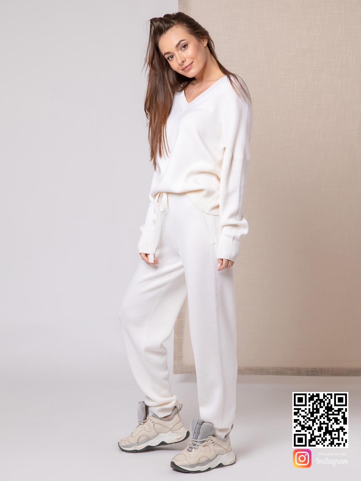 На третьей фотографии белый спортивный костюм женский с V вырезом от Shapar, бренда вязаной одежды ручной работы в интернет-магазине связанных спицами вещей.