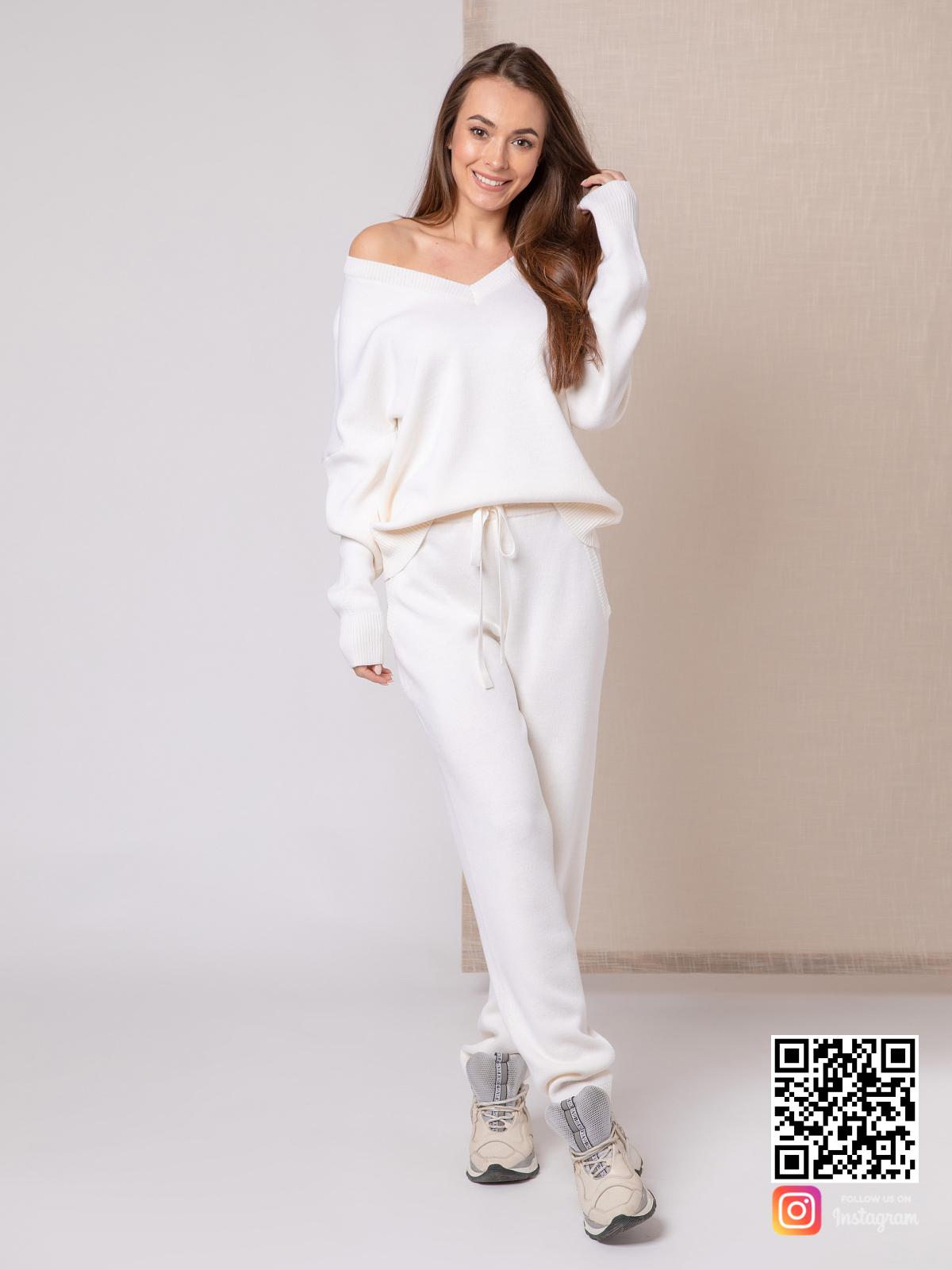 На фотографии белый спортивный костюм женский от Shapar, бренда вязаной одежды ручной работы в интернет-магазине связанных спицами вещей.