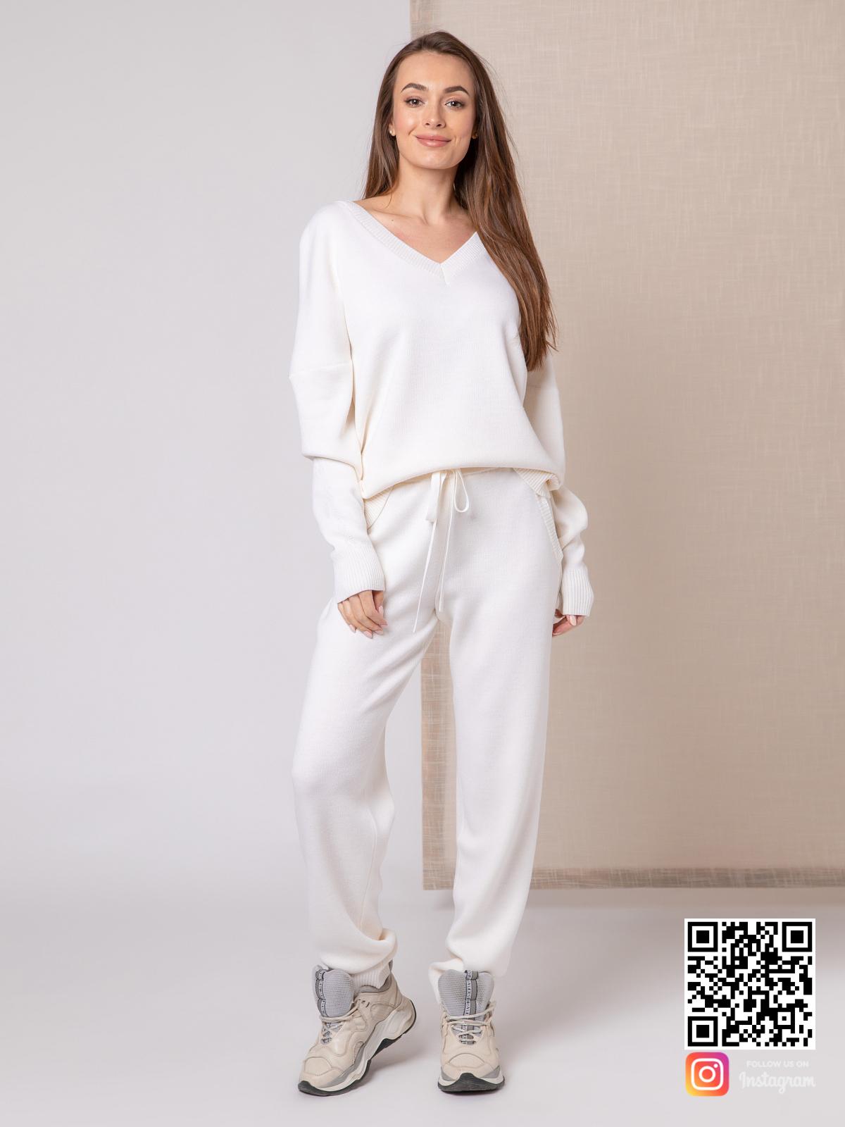 На четвертой фотографии белый спортивный костюм женский в размере оверсайз от Shapar, бренда вязаной одежды ручной работы в интернет-магазине связанных спицами вещей.