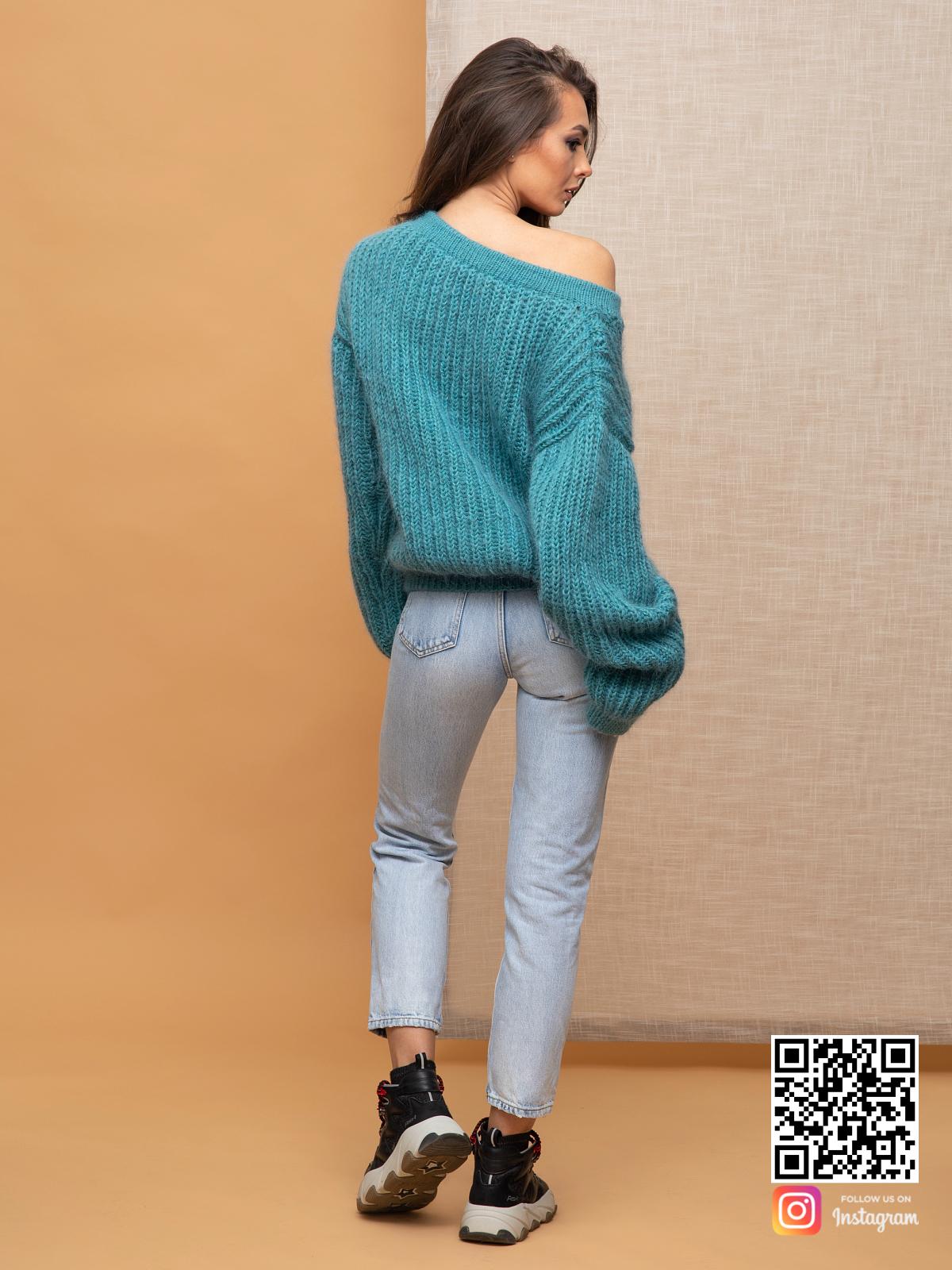 На второй фотографии женский бирюзовый пуловер со спины от Shapar, бренда вязаной одежды ручной работы в интернет-магазине связанных спицами вещей.