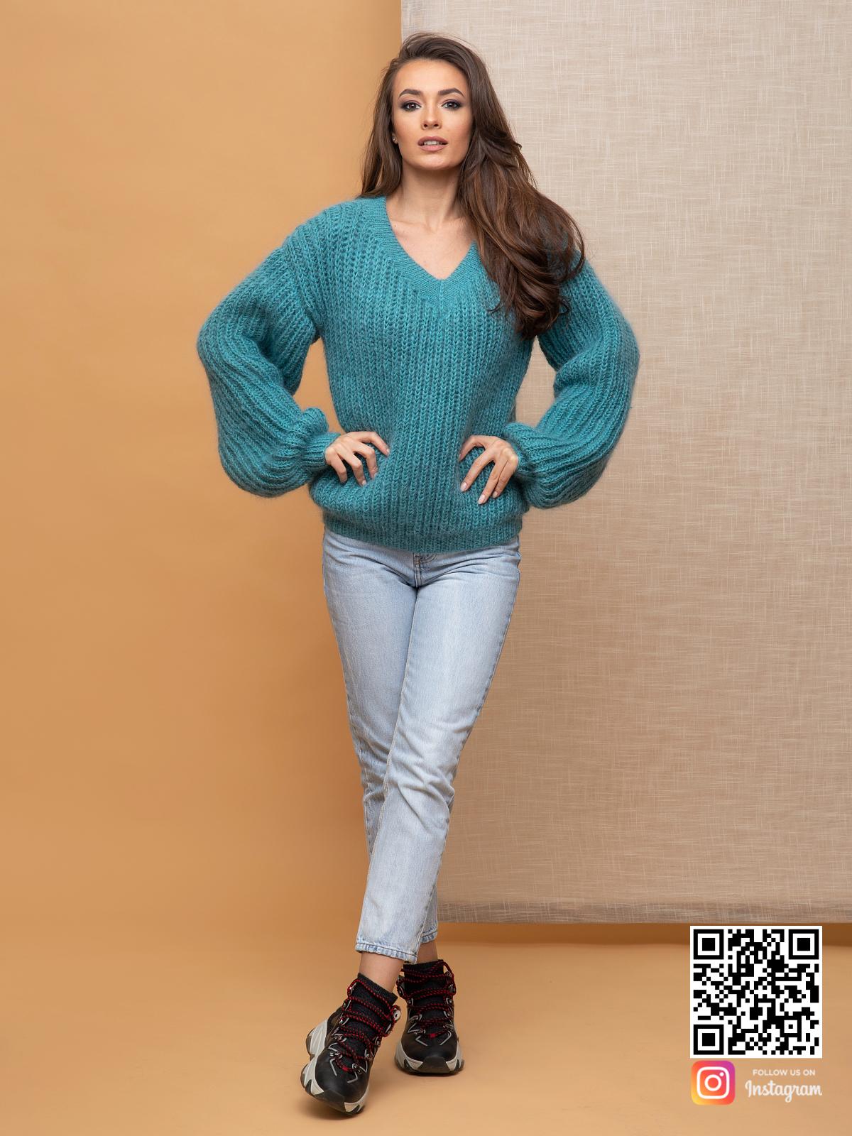 На пятой фотографии женский объемный пуловер бирюзового цвета от Shapar, бренда вязаной одежды ручной работы в интернет-магазине связанных спицами вещей.