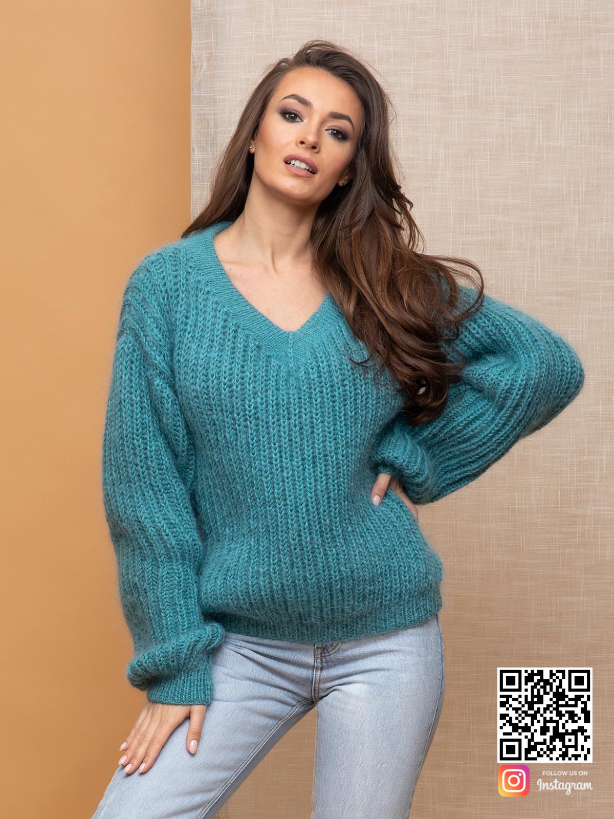 На третьей фотографии пушистый бирюзовый пуловер от Shapar, бренда вязаной одежды ручной работы в интернет-магазине связанных спицами вещей.