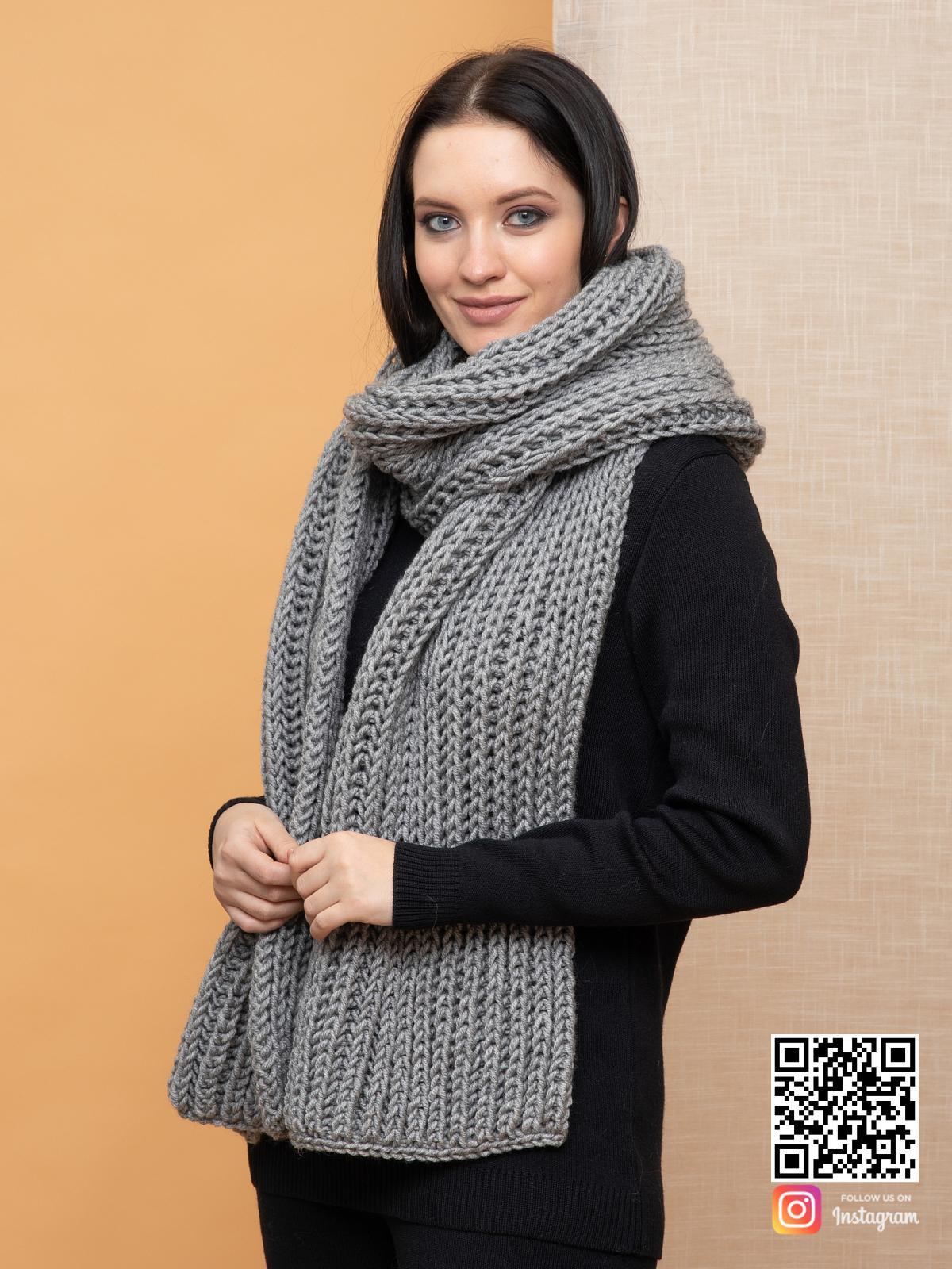 На третьей фотографии большой серый шарф крупной вязки от Shapar, бренда вязаной одежды ручной работы в интернет-магазине связанных спицами вещей.