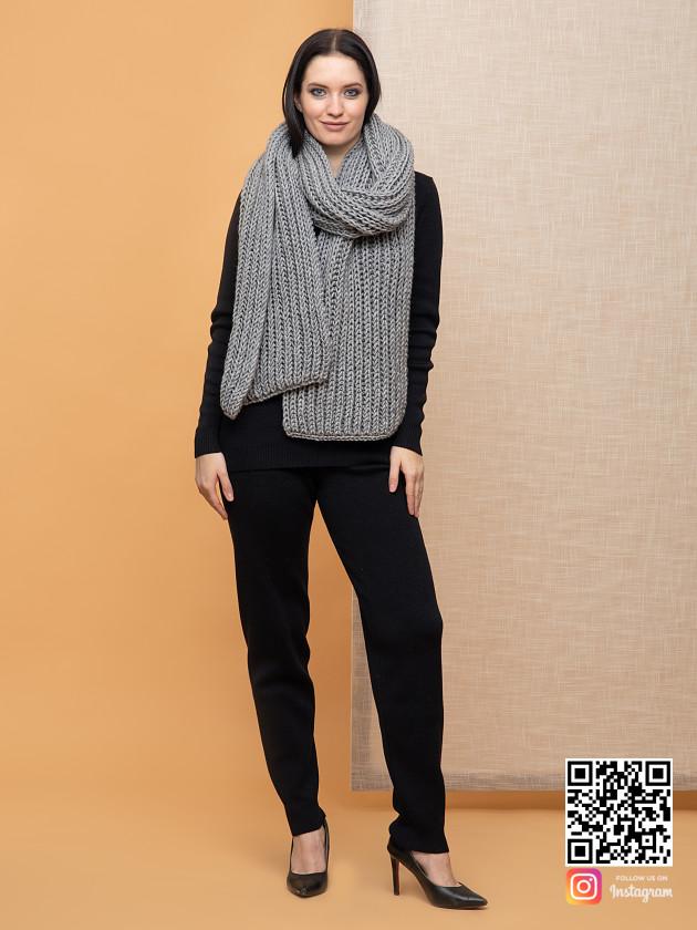 На фотографии большой серый шарф от Shapar, бренда вязаной одежды ручной работы в интернет-магазине связанных спицами вещей.