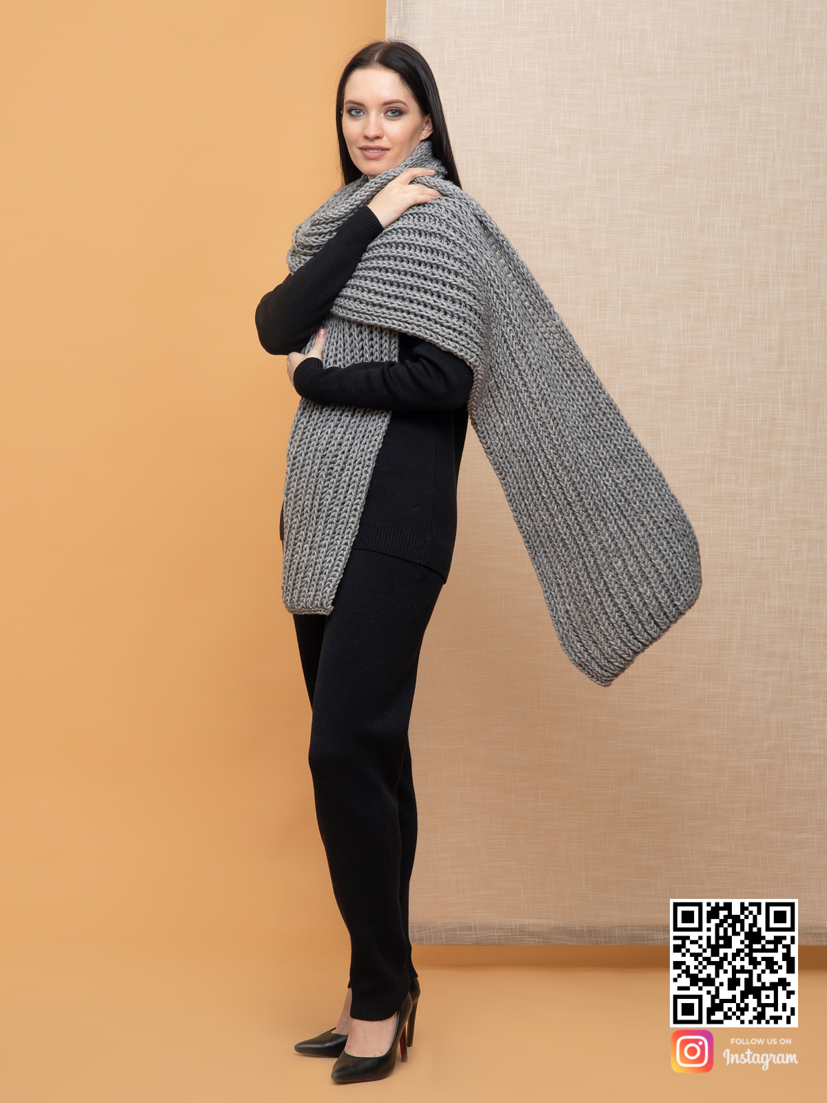 На четвертой фотографии объемный большой серый шарф для девушек от Shapar, бренда вязаной одежды ручной работы в интернет-магазине связанных спицами вещей.