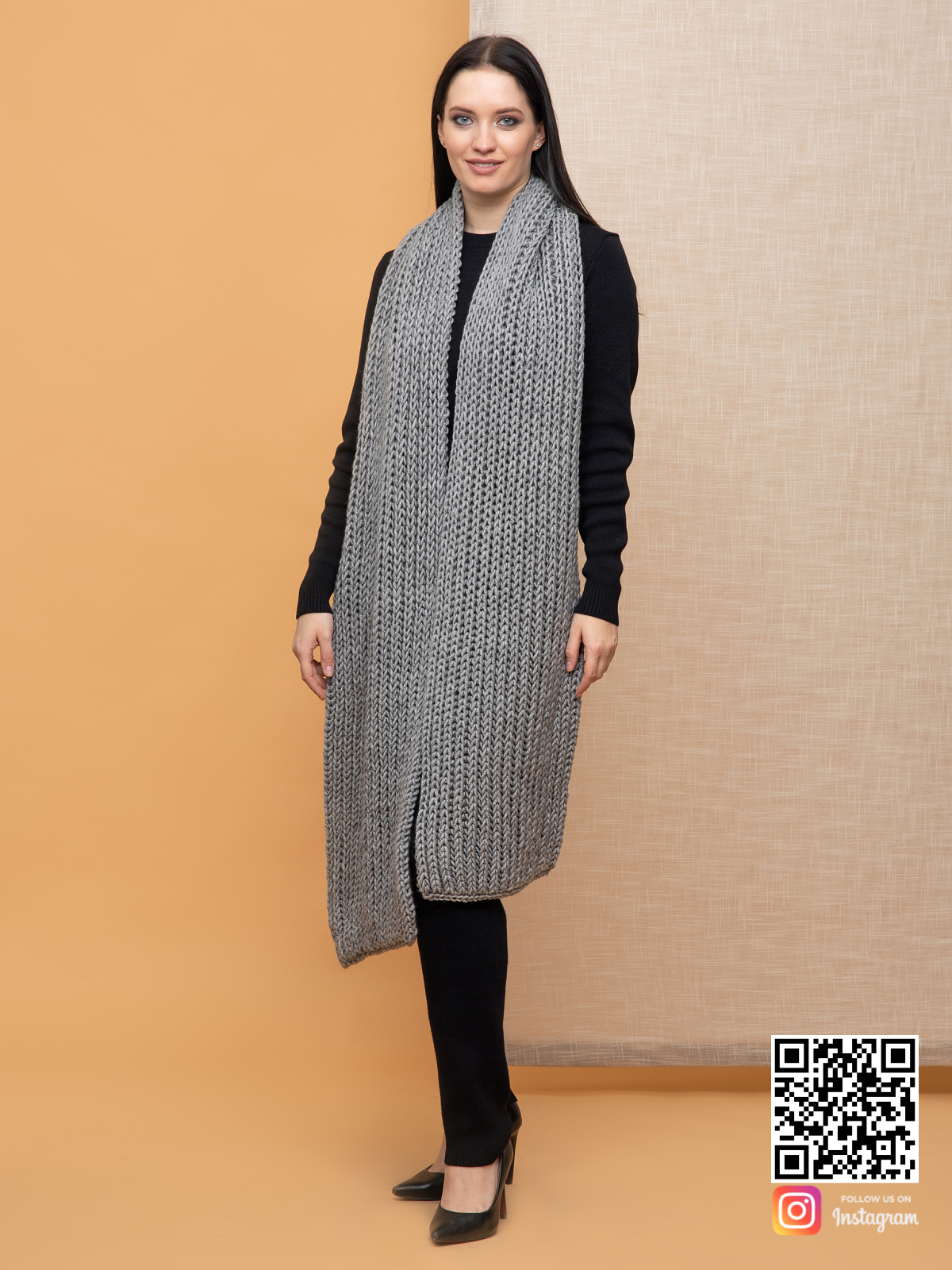 На пятой фотографии модный большой серый шарф для женщин от Shapar, бренда вязаной одежды ручной работы в интернет-магазине связанных спицами вещей.