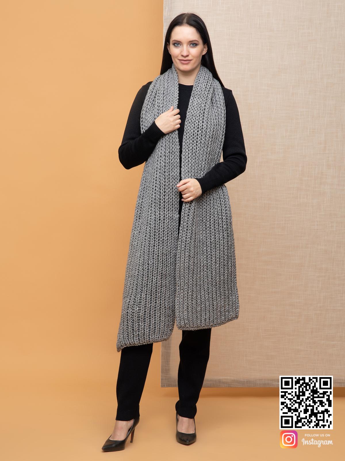 На второй фотографии женский большой серый шарф от Shapar, бренда вязаной одежды ручной работы в интернет-магазине связанных спицами вещей.