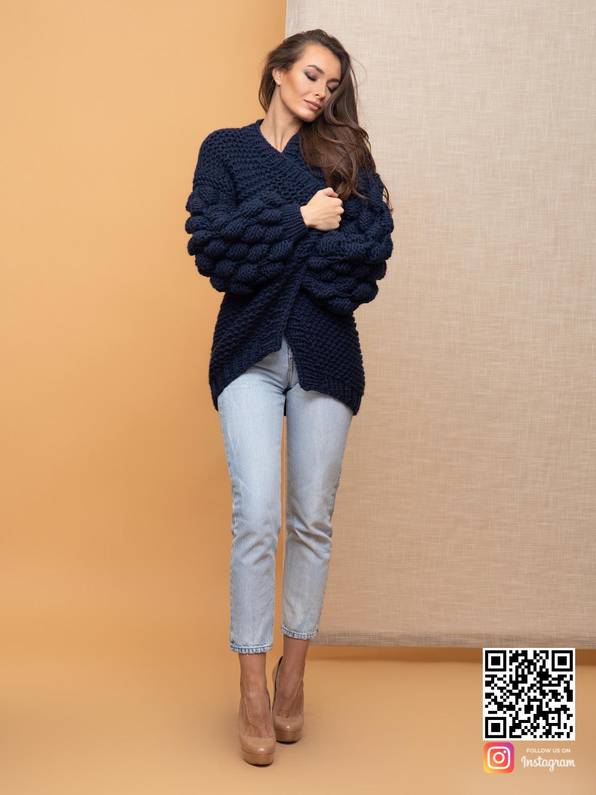 На шестой фотографии уютный черничный кардиган для модниц от Shapar, бренда вязаной одежды ручной работы в интернет-магазине связанных спицами вещей.