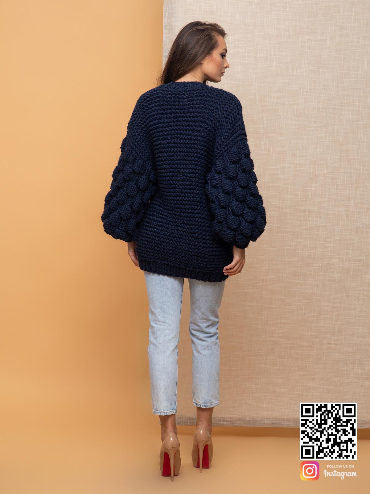 На второй фотографии черничный кардиган со спины от Shapar, бренда вязаной одежды ручной работы в интернет-магазине связанных спицами вещей.