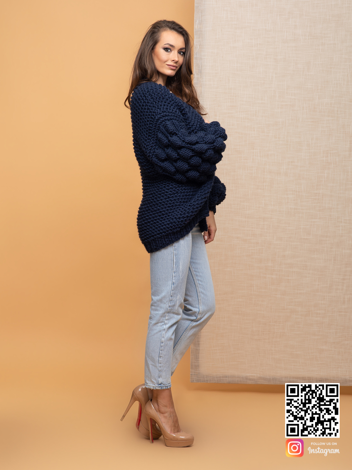 На пятой фотографии черничный кардиган для девушек и женщин от Shapar, бренда вязаной одежды ручной работы в интернет-магазине связанных спицами вещей.