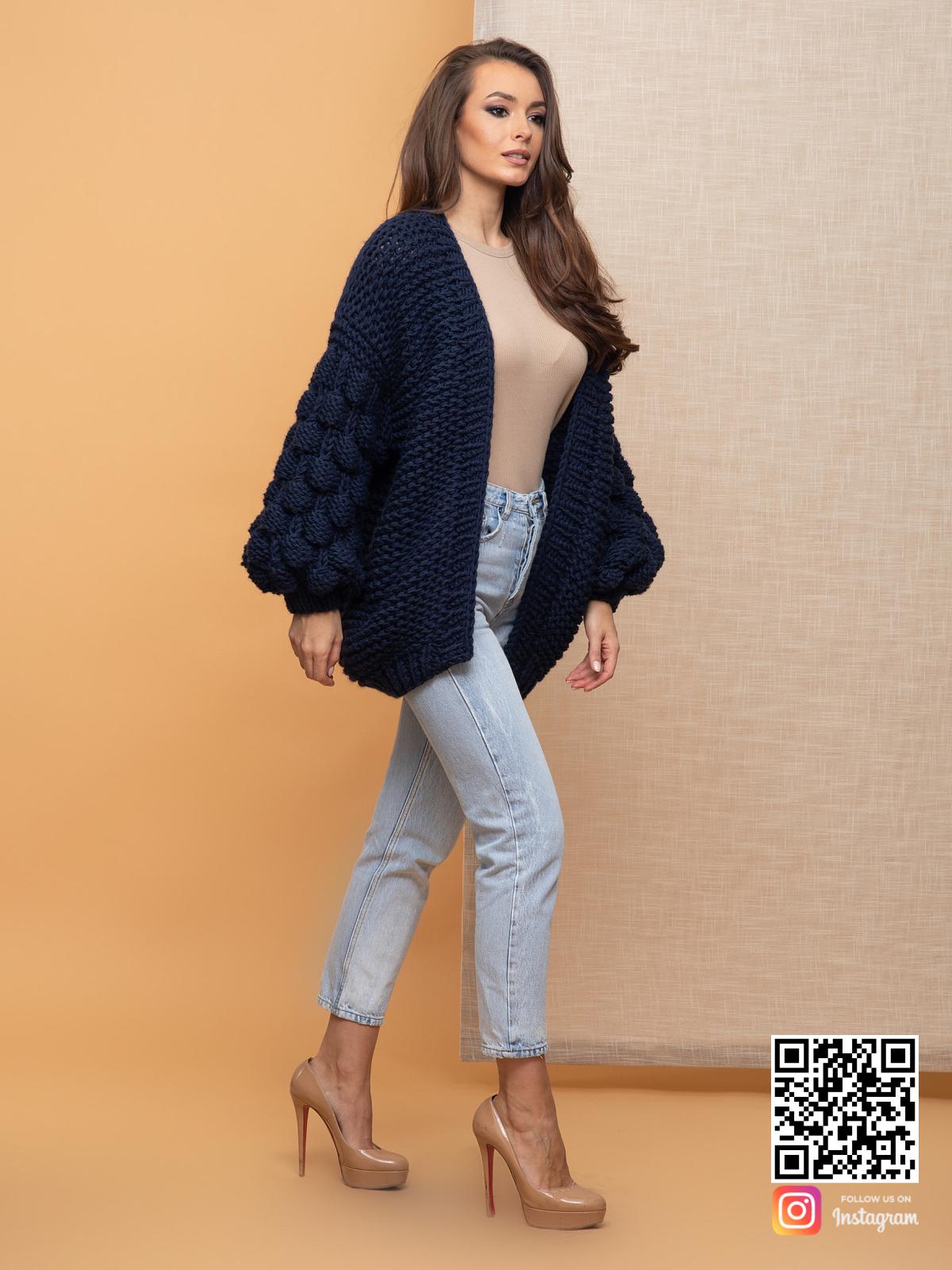На фотографии женский черничный кардиган от Shapar, бренда вязаной одежды ручной работы в интернет-магазине связанных спицами вещей.