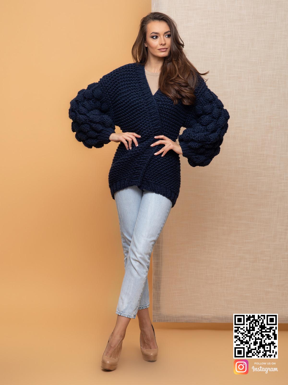 На четвертой фотографии черничный кардиган крупной вязки от Shapar, бренда вязаной одежды ручной работы в интернет-магазине связанных спицами вещей.