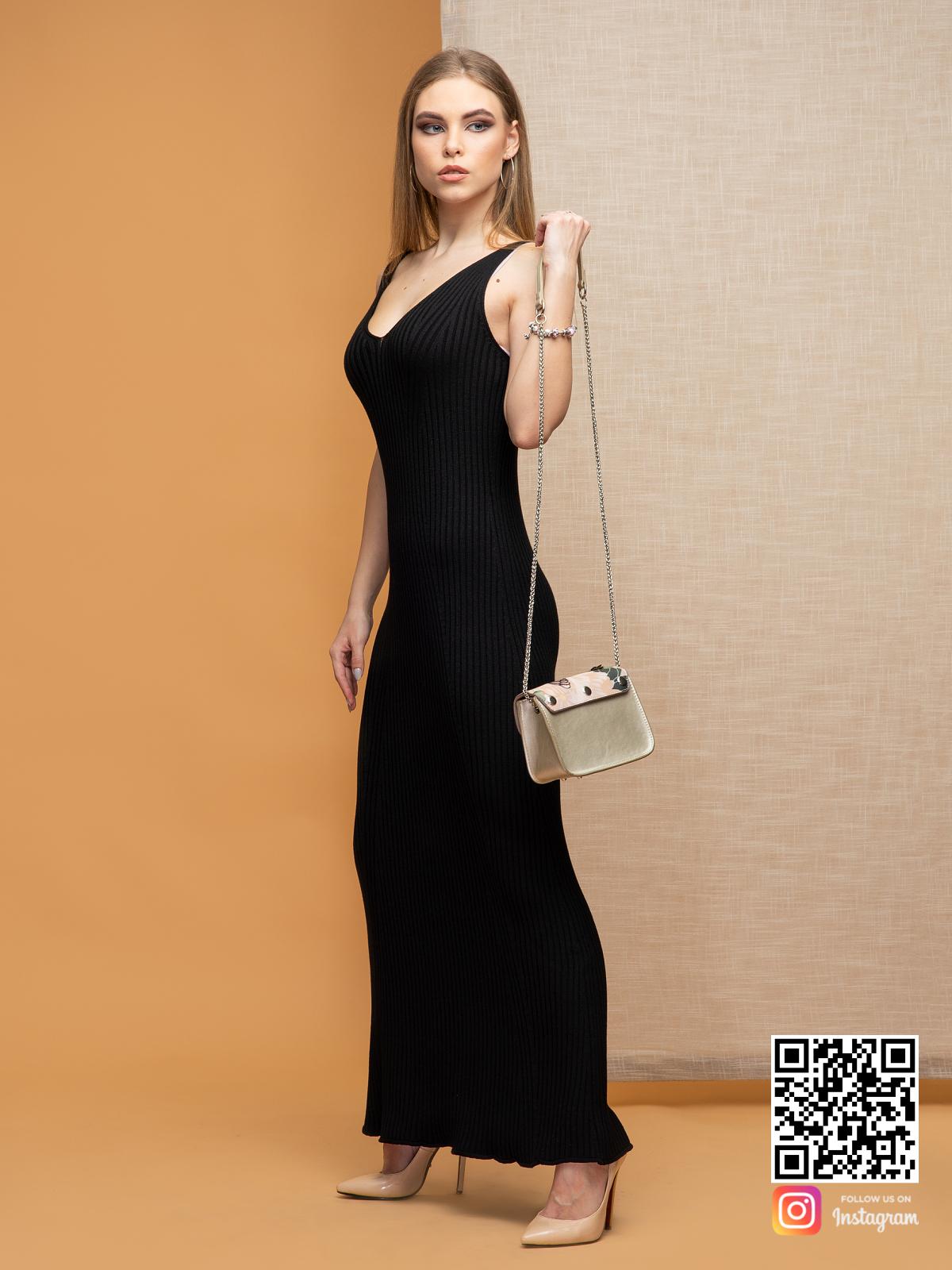 На фотографии черное летнее платье от Shapar, бренда вязаной одежды ручной работы в интернет-магазине связанных спицами вещей.