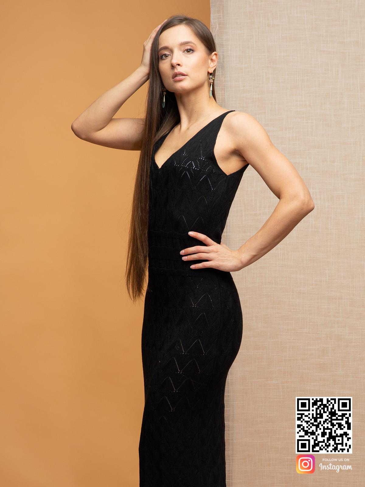 На третьей фотографии женское черное платье на бретельках от Shapar, бренда вязаной одежды ручной работы в интернет-магазине связанных спицами вещей.