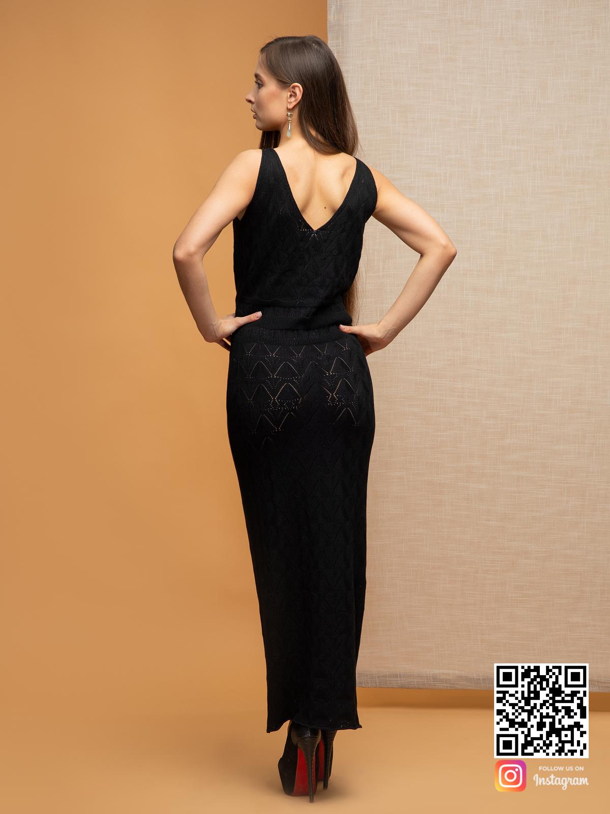 На второй фотографии черное платье на бретельках со спины от Shapar, бренда вязаной одежды ручной работы в интернет-магазине связанных спицами вещей.